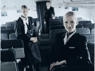 Stewardess in Flugzeug
