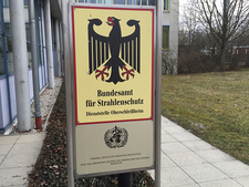 Two signs in front of the BfS building in Neuherberg show the BfS coat of arms and the WHO Col-laborating Centre award