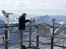 A BfS employee installs the new measuring station on the Zugspitze mountain